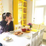 Elluyellow juomassa kahvia keltaisessa retrokeittiössä