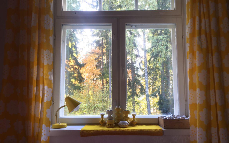 Elluyellow keltainen ikkuna