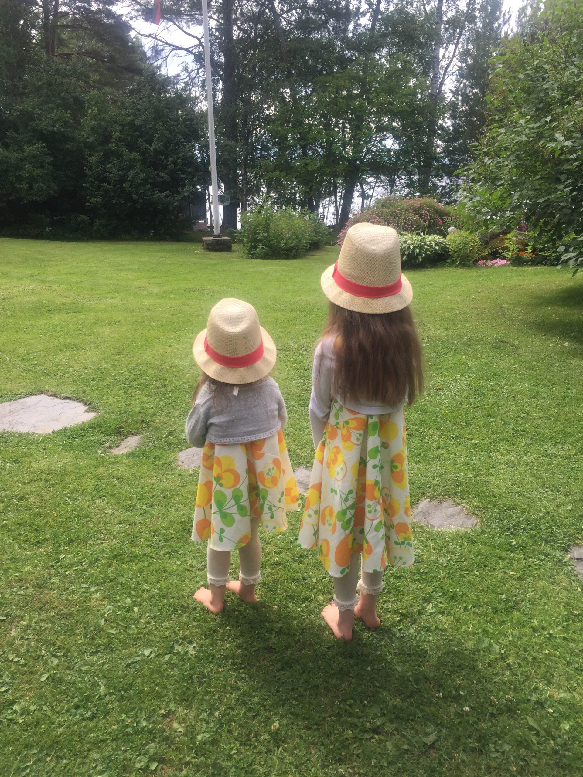 Tytöt retro keltaisissa mekoissaan