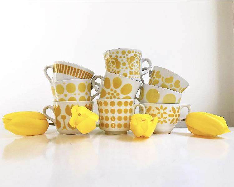 Keltaiset kahvikupit ja tulppaanit