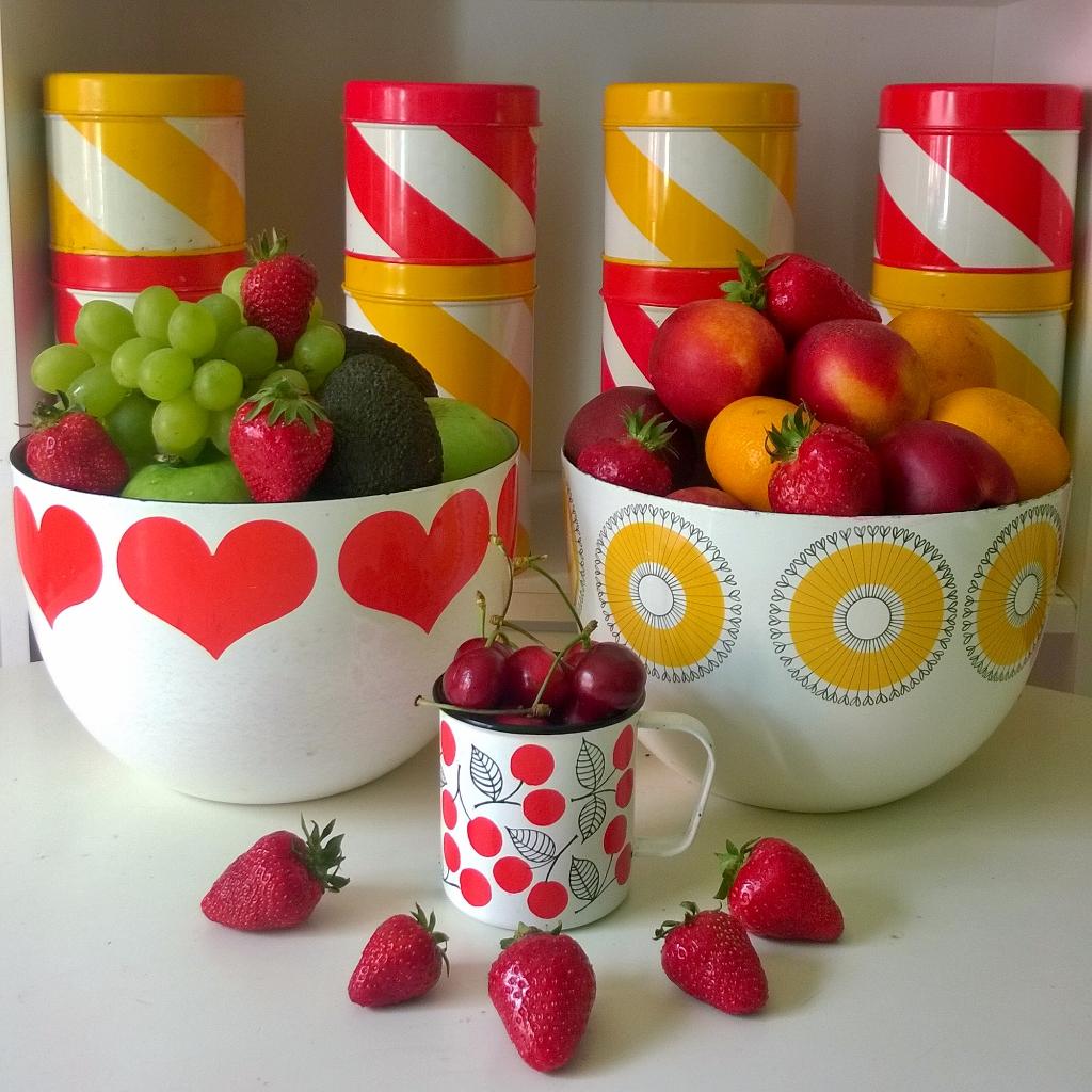 Elluyellow vintage emalikulhot ja raikkaat hedelmät