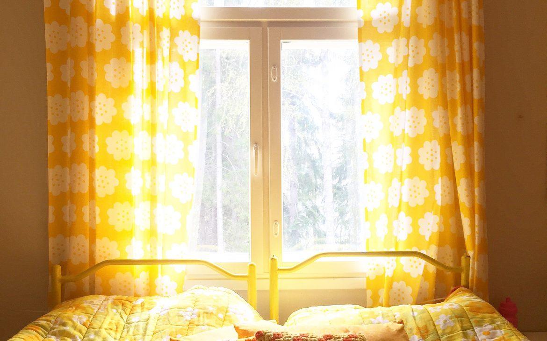Elluyellow -blogin keltainen retrosänky, ikkuna näköala järvelle.