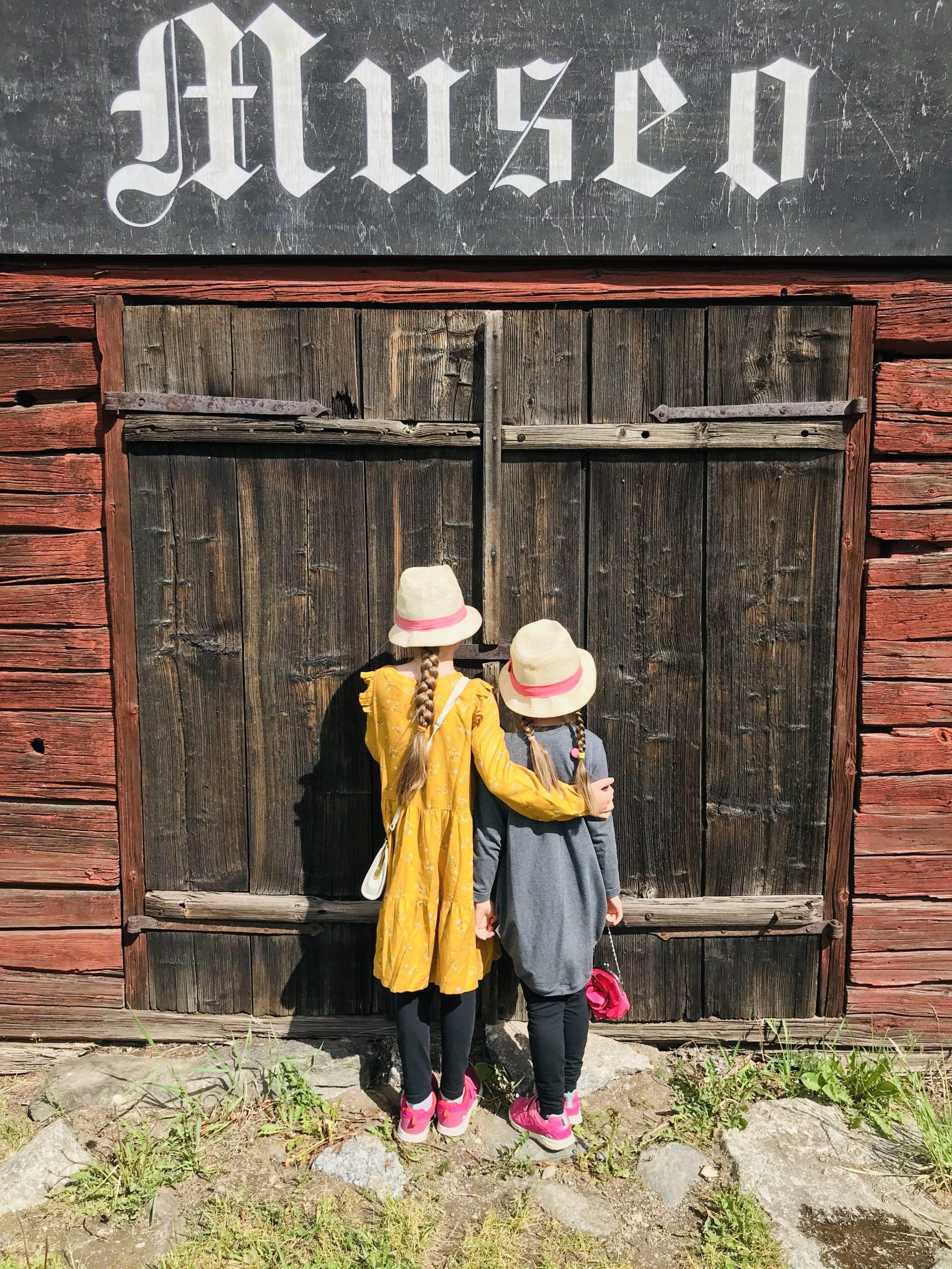 Elluyellow:n tytöt kahvila hinttalan museon edessä.