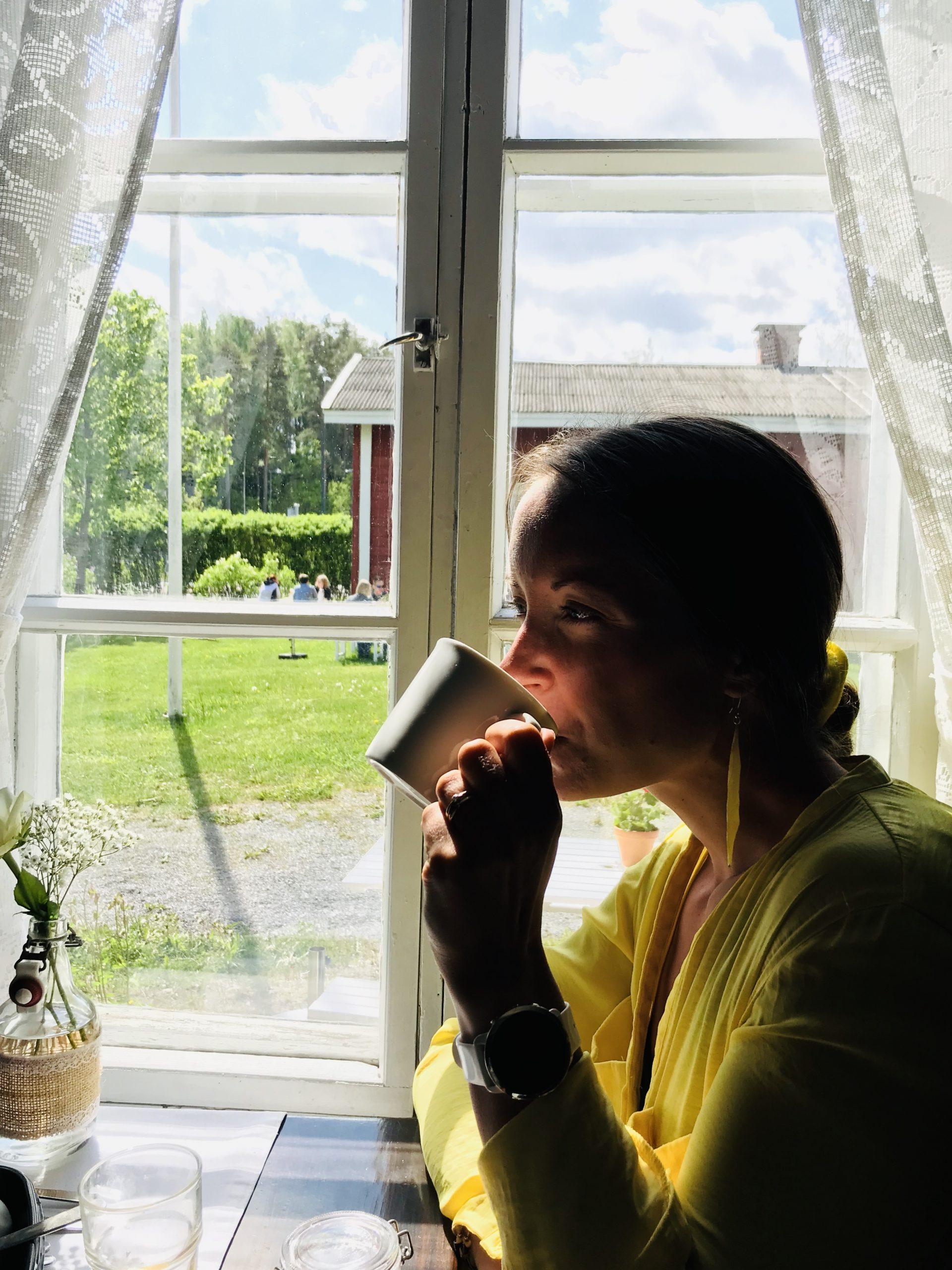 Elluyellow kahvia juomassa
