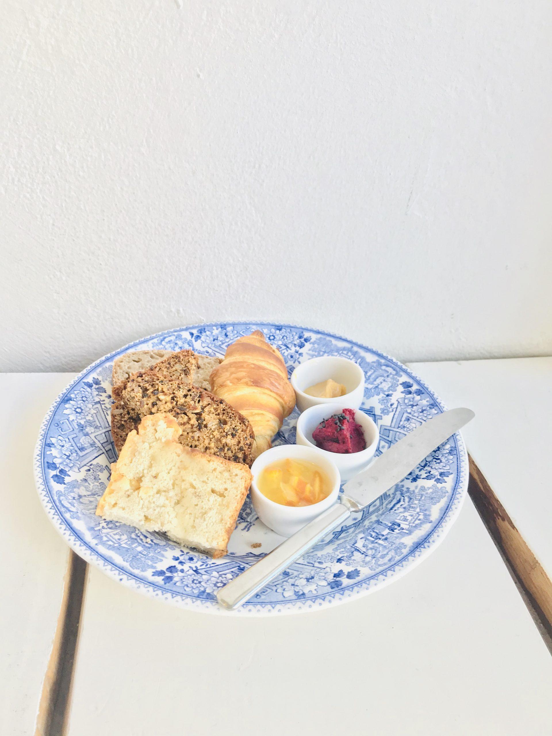 Eluyellow maistelemassa Gaggui Kaffelan aamiaista