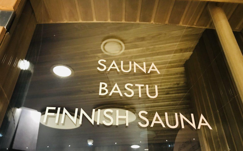 Elluyellow vierailemassa Nokian Scandic Edenissä, sauna