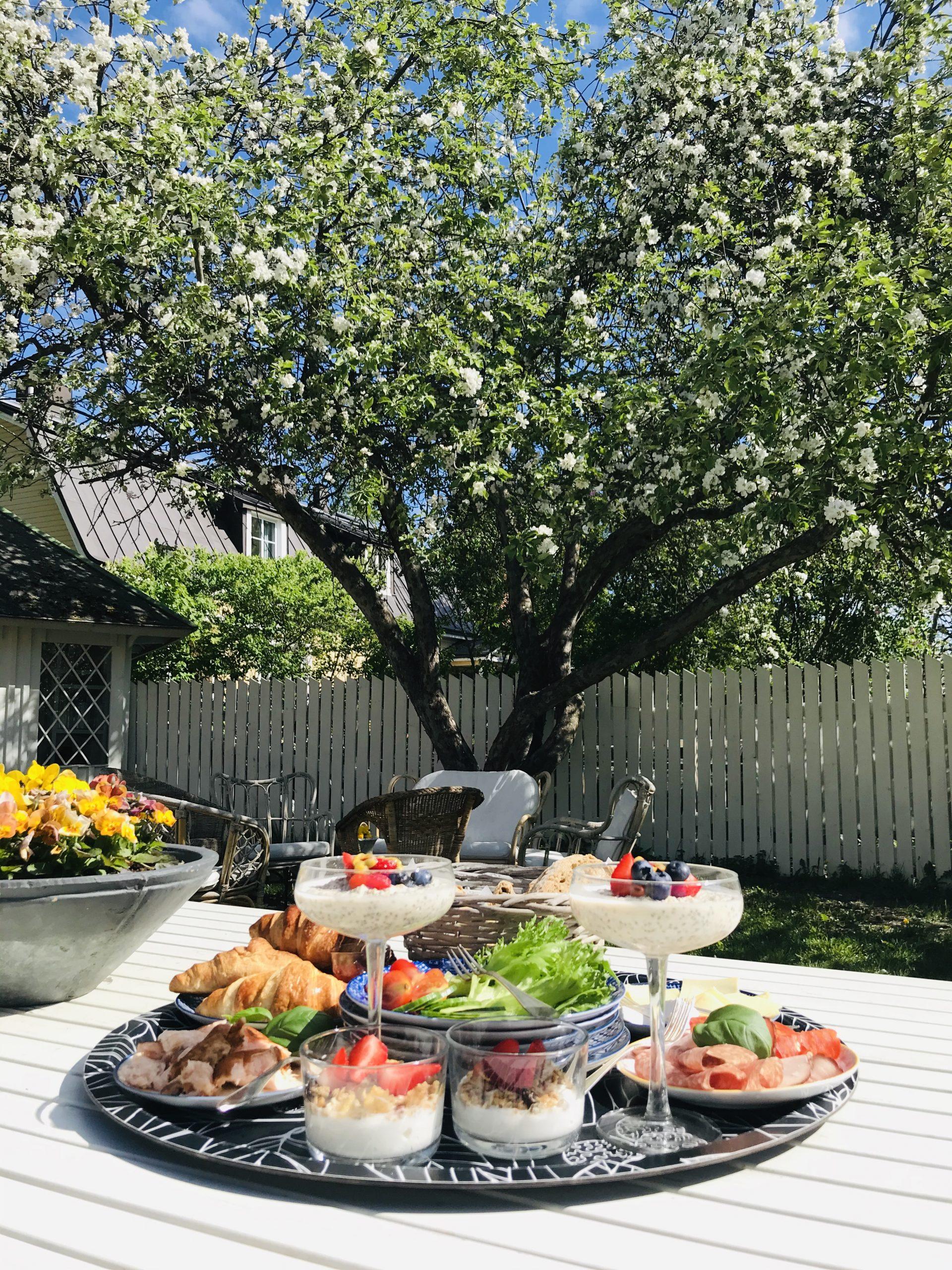 Elluyellow Lillan kahvilan herkullinen aamiainen  puutarhassa
