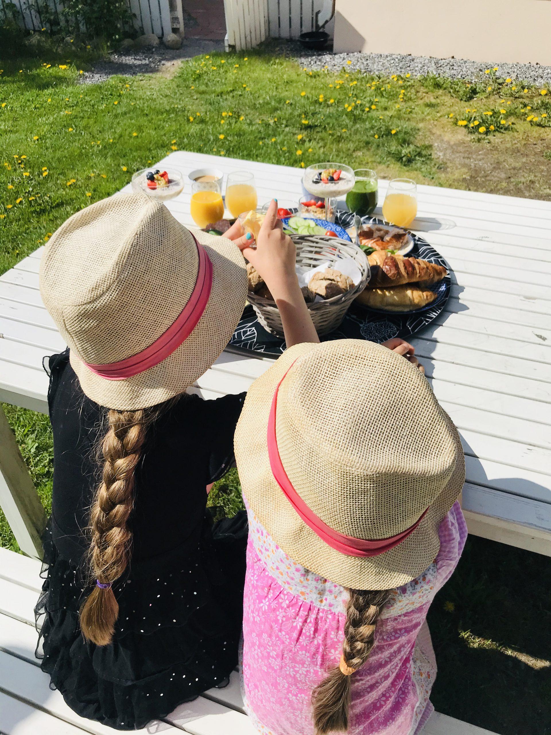 Elluyellow tytöt Lillan kahvilan herkkujen äärellä.