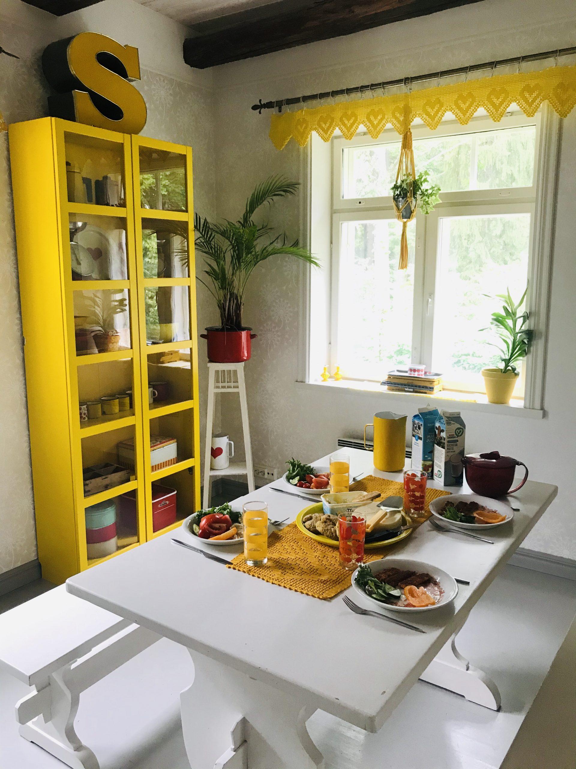 Elluyellow keltainen keittiö, päivällinen katettuna