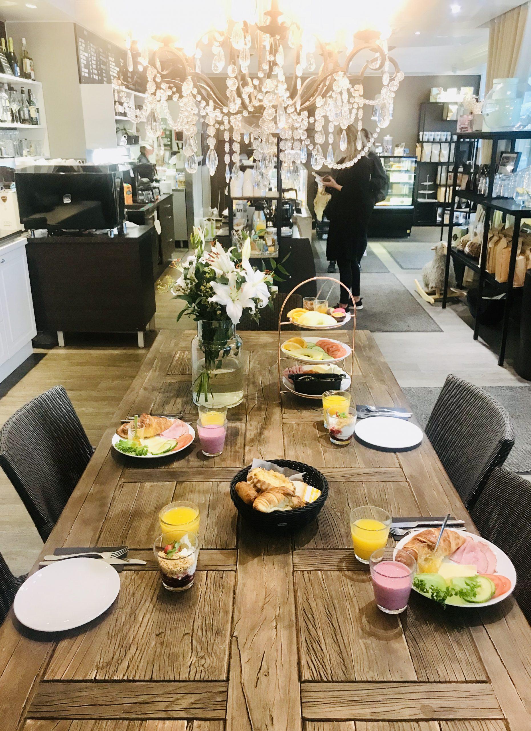 Elluyellow vierailemassa Pyymäen Oma kahvilassa Tampereella