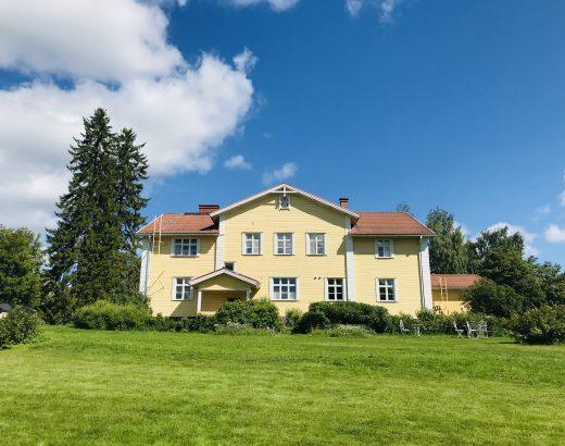 Elluyellow vierailemassa Ähtärin Vanha Pappila Hetki , upea keltainen vanha talo