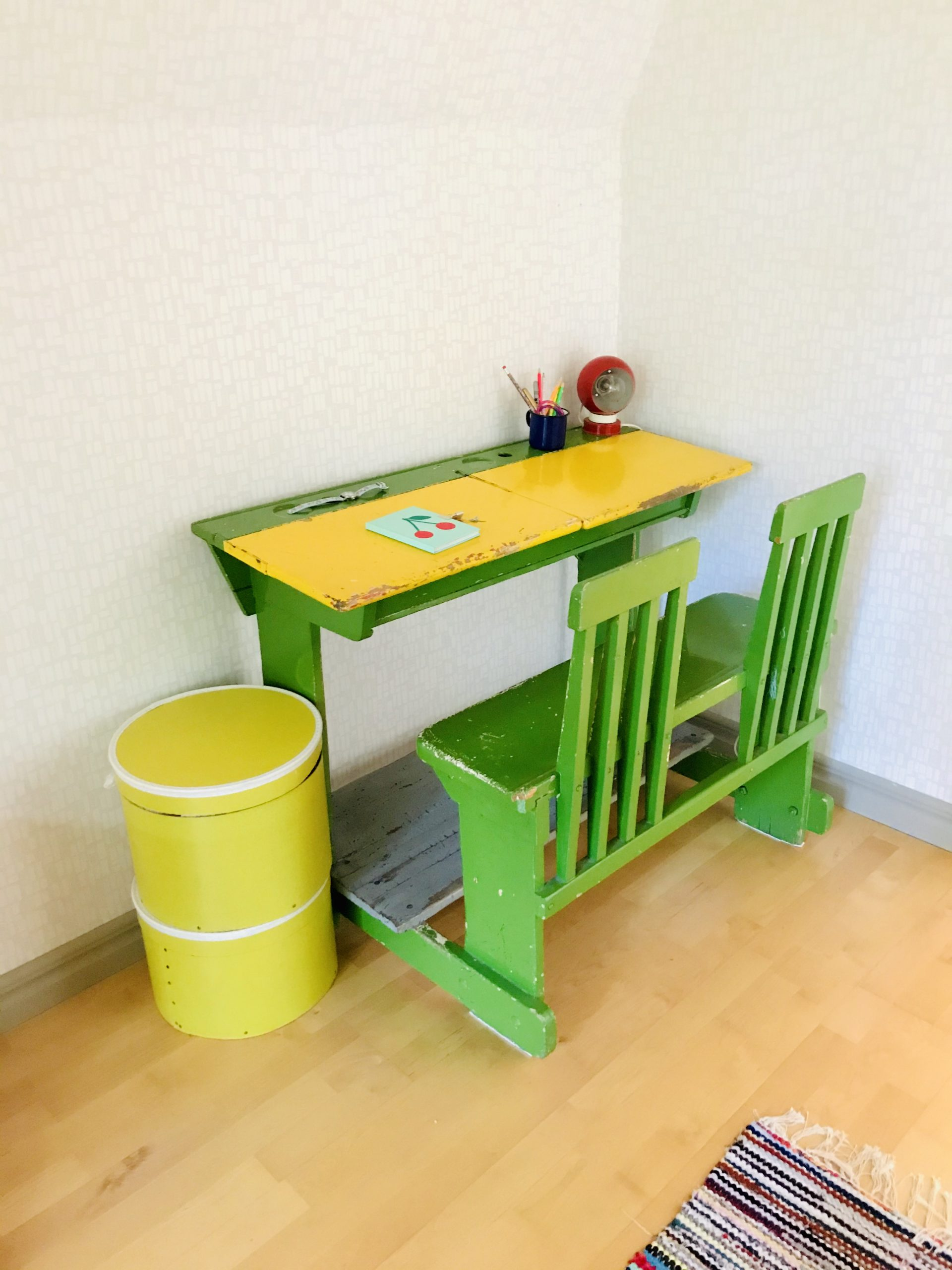 Elluyellow värikäs retro pulpetti vintage lastenhuoneessa