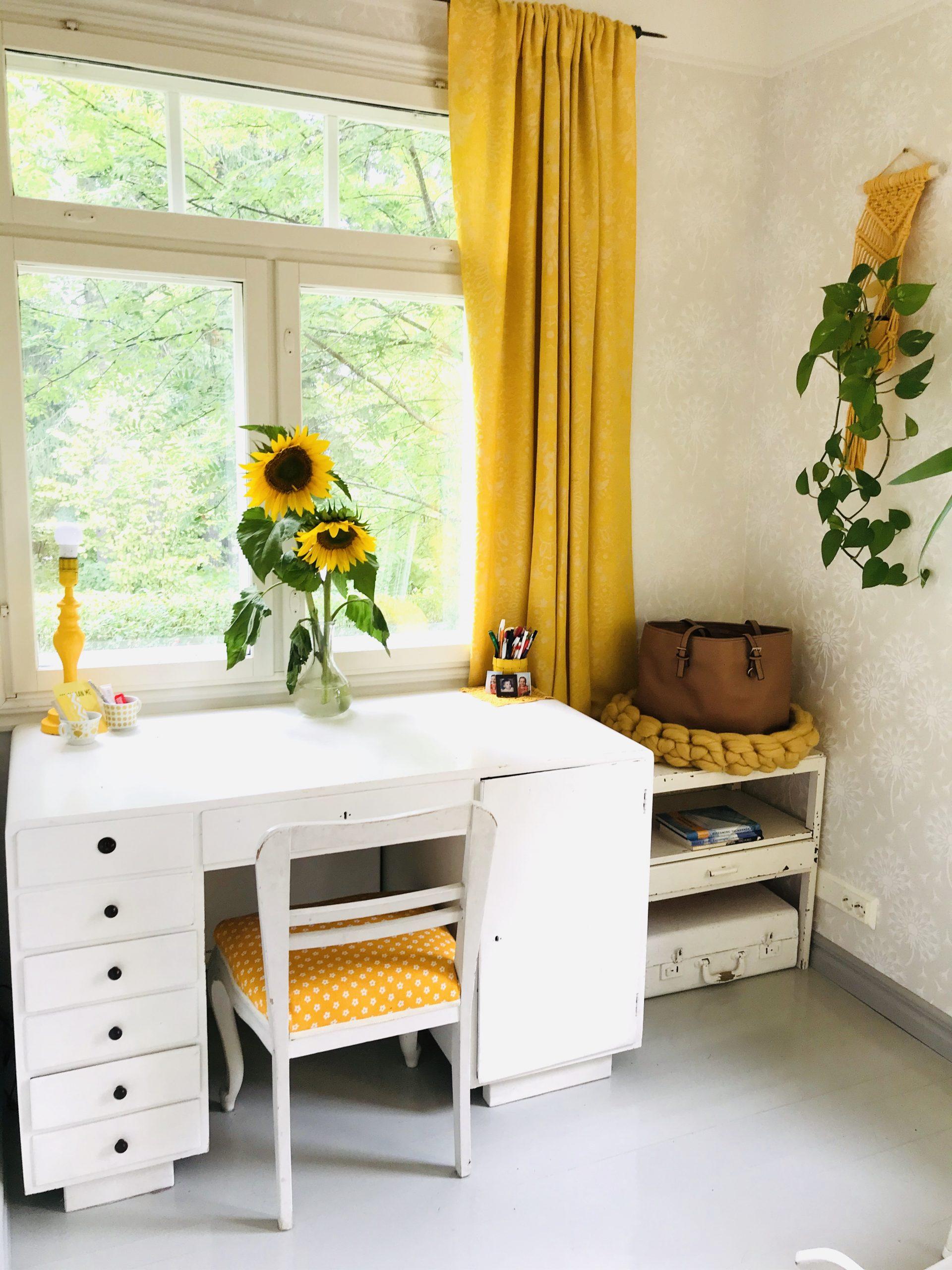 Elluyellow keltainen työhuone ja auringonkukat