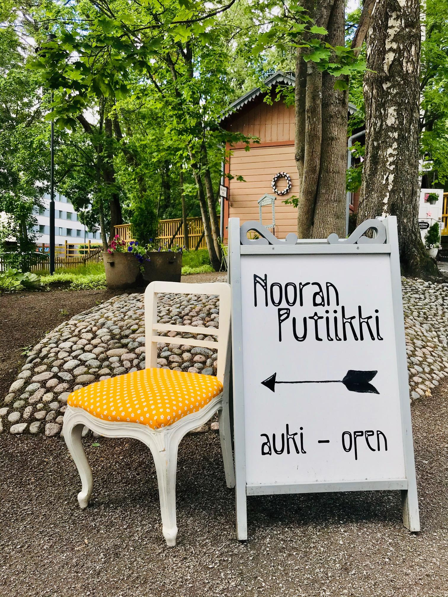 Elluyellow keltainen tuoli Nooran putiikin verhoilemana.