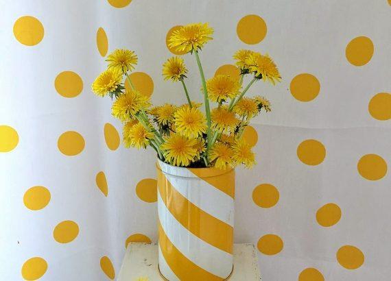 Elluyellow keltaiset voikukat vintage peltipurkissa