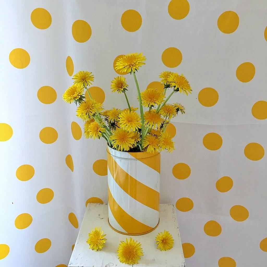 Elluyellow keltaiset voikukat vintage peltipurkissa.