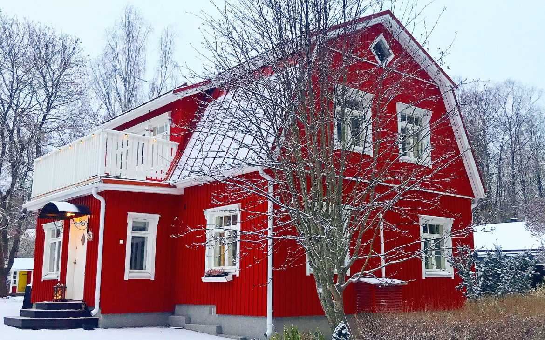 Elluyellow luminen vanha punainen talo