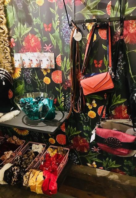 Elluyellow vierailemassa Tallipihan Hohde-joulukaupassa: värikkäät asusteet