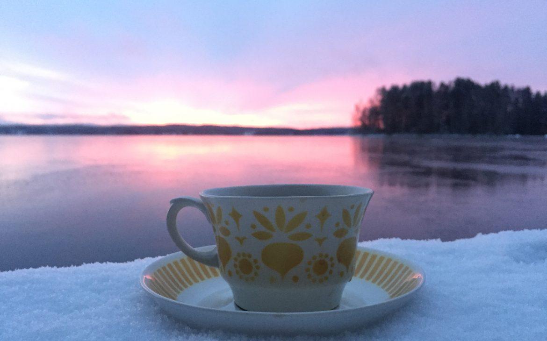 Elluyellow arabian kahvikuppi ja järvi