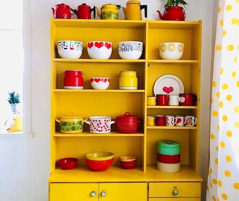 Keltainen retrohylly Elluyellow värikkäässä kodissa