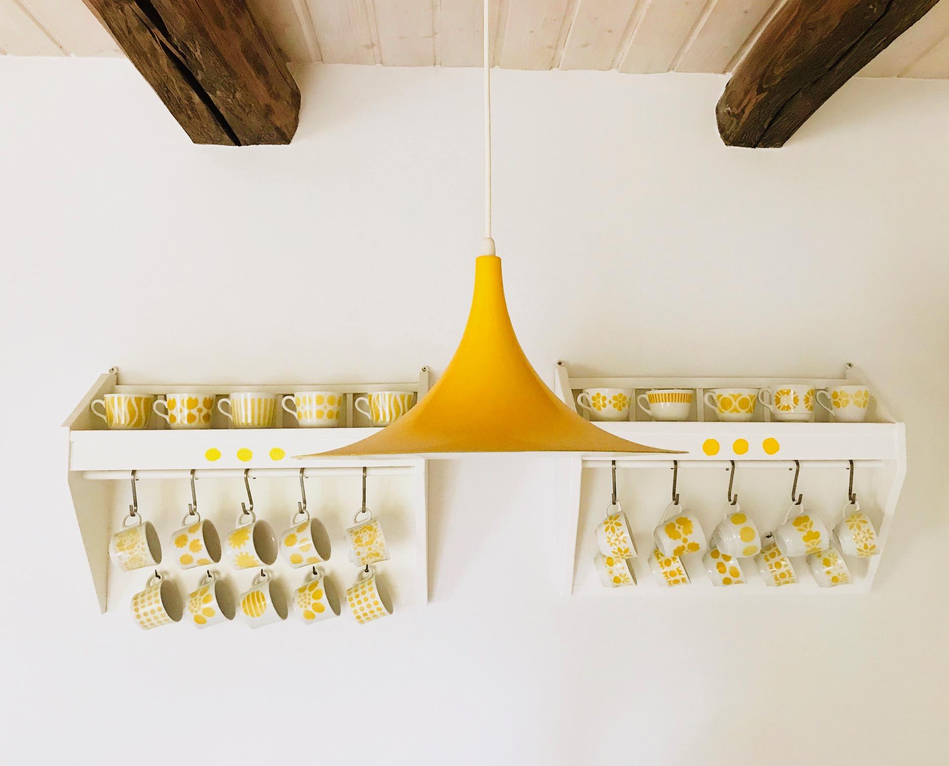 Keltainen lamppu ja kahvikupit