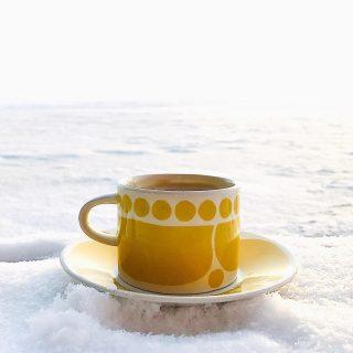 Hrrrrr: lämpöä pakkaspäivääsi!❄️💛❄️ Eilen käytiin kahvikupin kanssa laiturilla ihailemassa mielettömän upeaa talvimaisemaa🤩 ....mutta AUTS, miltä ne jäätyvät näpit -19 asteessa kuvatessa - saati sisällä sulavat sormet!! - taas tuntuivatkaan🙈  Eilen iltapalalla totesin perheelleni, että mä oon talven suhteen kyllä ihan niinku Muumit🙃  Oon aivan innoissaan parit päivät luistelemassa meren jäällä, laskemassa hopeatarjottimella mäkeä sekä syömässä hilloa ja juomassa vaapukkamehua💛   Mutta sitten, hyvinkin pian, oon ihan valmis käpertymään lämpöisiin peittoihin, painamaan pään pehmoiseen tyynyyn ja jatkamaan talviunia, kunnes ihana kevät taas koittaa ja Nuuskamuikkunen saapuu🍀☀️🌱  Oottekos te ihan talvi-ihmisiä? ❄️ Vai enemmän Muumien sarjaa?☀️ * * *  #talvi #winter #vinter #kahvi #coffee #coffeetime #coffeelover #coffeebreak #aamukahvi #kahvitauko #kaffe #morgonkaffe #kaffekopp #yellow #keltainen #gul #laiturilla #snow #lumi #arabiafinland #kirppislöytö #thriftstorefinds #loppisfynd #muumit #naturelovers #luonto #thisisfinland
