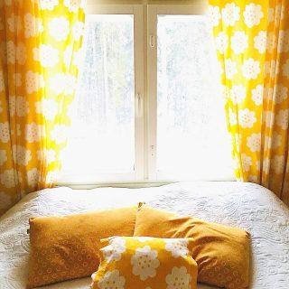 Hymyjä ja keltaista energiaa sun viikonloppuun täältä meidän makkarista💛   Kuka muu on huomannut tällä viikolla päivän jo selkeästi pidentyneen ja valon ihanasti lisääntyneen lumenkin myötä? ✨🙋♀️☀️ ❄️ Tekeepä niiiiin hyvää keholle ja mielelle🥰 * * * #makuuhuone #bedroom #sovrum #makuuhuoneensisustus #bedroomdecor #bedroominspo #yellow #keltainen #gul #vintage #vintagestyle #vintagehome #retro #retrohome #vintagefabric #fabric #ikea #window #windowview #ikkuna #interior #inredning #sisustus #homedecor #decor #unelmientalojakoti #etuovisisustus #sunshine #happyhome #värikäskoti