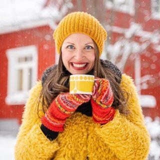 Uuden viikon ekat aamukahvit😍  💛Nuuhkaisu. 💛Hörppy. 💛Hymy.   Mikä tuottaa hymyn tänään sun huulille?🙂  ✨Kuvat: @hallaurivisuals ✨ * * * #kirppislöytö #värikäskoti #keltainen #kahvi #aamukahvi #kahvilla #kahvihetki #loppisfynd #muntyyli #bloggaaja #lifestyleblogi #sisustusblogi #värikäs #värikästä #munkoti #meilläkotona #kotoilu #sunnuntai #arabiafinland #hymy #hyvinvointi #hyvinvointivalmentaja #punainentupa #scandihome #pocketofmyhome #howihome #lumi #sisustusinspiraatio