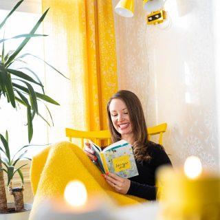 """Huomenta sunnuntai💛 Mitä kirjaa sä luet nyt? Tai kuuntelet?✨Tuleeko teidän enemmän luettua vai kuunneltua kirjoja?📖  Meidän 6- ja 8-vuotiailla tyttösillä on parhaillaan menossa oikein lukubuumi🤩 Kuopuskin kun oppi aika aikaisin lukemaan, niin hän ahmii jo isosiskon perässä koululaisten pokkareita😄 Kirjastosta noudetaankin nyt viikottain isoja kirjakassillisia - mahtavaa kun on olemassa kirjastot!!😍  Itsekin oon lukenut viime aikoina nyt selvästi enemmän. Kuten monet asiat tässä elämässä, tätäkin lapset ovat mulle nyt uudelleen opettaneet. Muutaman - aika monenkin🙊 - tyttöjen lukuhetken selailin vieressä Instaa tai """"uutisia"""", kunnes tajusin, että en halua antaa tällaista mallia tytöilleni. """"Lukekaa te vaan, se tekee teille lapsille hyvää. Aikuisena sitten voi vaan olla puhelimella.""""😅 Ja sitten valittelin kuitenkin, että harmi kun mulla ei oo aikaa lukea... 🤭  Juu, edelleen silloin tällöin noin teen, mutta yhä useammin otan tyttöjen lukuhetkillä itsekin jonkun ihanan hömppäromaanin käteen ja sukellan siihen maailmaan 💛 Varsinkin tämä ihana IG on sellainen aikasyöppö, että mun pitää ainakin välillä ihan työntää se sivuun ja antaa aika kaikelle muulle ihanalle 🙃 Äänikirjat taas on aivan huippuja erityisesti koiralenkeillä 🙌 Lomalla tuleekin varmasti taas näissä molemmissa otettua kunnon spurtti🥰  Romaanien saralla mä oon löytänyt viime aikoina Jojo Moyesin kirjat ja äänikirjana kuuntelin just pikkusiskoni suositteleman @eevakolu 'n upean Korkeintaan vähän väsynyt. (Lämmin suositus (ei mainos) vähintäänkin kaikille meille milleniaaleille ja jokaiselle suorittamiseen taipuvaiselle💛)  Ihania hetkiä kirjojen äärellä - lukien tai kuunnellen 😘  ✨Kuva: @hallaurivisuals ✨ * * * #keltainen #kynttilät #kynttilä #keinutuoli #vintagesisustus #lukeminen #lukeminenkannattaaaina #kirja #kirjagram #sisustus #sisustusinspiraatio #sisustusidea #howihome #pocketofmyhome #scandihome #värikäskoti #happyhome #hyvinvointi #meilläkotona #munkoti #kotoilu #sunnuntai #kirpputorilöytö #kirppislöy"""