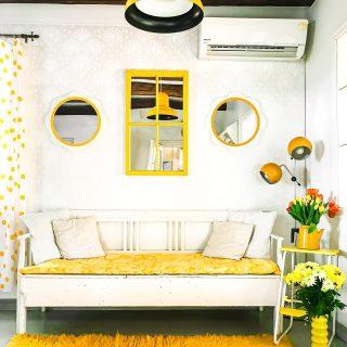 Värikästä keskiviikkoa💛🧡💚 Tämän talviloman sisustusintoni kohdistui - ylläri ylläri - jälleen tupaan🤩   Tuo jo vuosia sitten keltaiseksi maalaamani peili sai kavereikseen Mäkisen kuvastimen kukkapeilit🌼 Kaikki nämä peilit ovat kirppislöytöjä jo lähemmäs 10 vuotta sitten✨  Uusin kirppislöytöni, tuo aurinkoinen ryijymatto, pääsi tuvan vielä viileitä lautalattioita lämmittämään🧡  Mitäs tykkäätte?🙃  Mitä huonetta sä oot sisustanut viimeksi ja miten?💛 * * * #värikäskoti #happyhome #peili #mirror #sisustus #sisustusinspiraatio #sisustusidea #instablogitfinland #instablogitsuomi #keltainen #vintagesisustus #kirppislöytö #loppisfynd #kirpputori #keittiö #keittiönsisustus #tupa #kukat #howihome #pocketofmyhome #scandihome #bloggaaja #torilöytö #vanhattalot #vanhatalo #inspiraatio #tulppaanit #värikäs