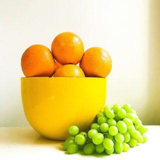 Iloa, värejä ja vitamiineja päivääsi!🍊🤩🍋 Kenen muun hedelmäkorit pursuaa näin yli aina kauppapäivänä?😅 ...kunnes äkkiä alkaa huveta...😋   Hedelmät on kyllä niin herkullinen tapa hemmotella omaa hyvinvointia💛 Saada vitamiineja ja virtaa arkeen 👏 Ja kaiken hyvän lisäksi ne mätsäävät täydellisesti värikkääseen sisustukseen, eikös? 😄  Tänään pääsen hemmottelemaan hyvinvointiani vähän toisella lailla...🙃 Kurkkaa lisää stooreista iltapäivällä🤗 * * * #hedelmät #hedelmä #hyvinvointi #hyvinvointivalmentaja #aamiainen #aamupala #keltainen #retrokoti #retrokök #kattaus #kirppislöytö #loppisfynd #meilläkotona #kotoilu #keittiö #värikäs #terveys #terveellinenruoka #emali #koti #munkoti #hyväähuomenta #gul #appelsiini #keittiönsisustus #colorfuleating #sisustus #sisustusinspiraatio #inspiraatio #vitamiinit
