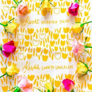 """Keväiset lahjat kaupallisessa yhteistyössä @ateljee_keltainen_talo kanssa💛💖💛  Toukokuussa moni tuumaa lahjaideoita. Ensin mietitään jotain ihanaa äideille, sitten opettajille ja valmistuville, seuraavaksi rippijuhliin ja ehkäpä kesähäihinkin!🌸  Meidän kuopuksella on menossa viimeinen kuukausi päiväkodin puolella, eskarilaisena: miten isolta hypyltä tuntuukaan, kun perheessä ei sitten olekaan enää ketään päiväkotiin vietävää  Ehkäpä tästä syystä opettajien lahjat ovat pyörineet mielessäni jo pidempään. 🎁  Mitä ihanaa antaa opettajille, jotka ovat niin eskarilaistani kuin tokaluokkalaistanikin vuoden aikana taas:  💛Opettaneet 💖 Kasvattaneet 💛Lohduttaneet 💖Kannustaneet 💛Silitelleet 💖Sylitelleet  ...sekä venyneet käsittämättömällä lailla pandemian aikana?🙏  Nämä kuopiolaisen Ateljee Keltaisen Talon suunnittelemat ja käsin painamat aurinkoiset  keittiöliinat mainioilla teksteillään tuntuivat just oikeilta tähän tarkoitukseen 😍 Sekä aivan ihanan sanoman kortti - swaippaa sivulle, niin näet eri kuoseja ja kortin🤩  Emmin ja Jonnan ateljeessa huomioidaan ympäristöystävällisyys ja kaikki tuotteet ovat saaneet mm. Avainlipun ja Design from Finland-merkin🙌 Heidän ihana """"hymy lisää hymyä"""" -ajatus huokuu selvästi kaikista heidän pirteistä tuotteistaan, jotka löytyy näppärästi verkkokaupan kautta 🙌  Kerrohan, mikä näistä on sinun suosikkisi: 💛, 🧡 vai 🖤? Ja mistä sinä kiität tänä keväänä lapsesi opettajaa, hoitajaa, kerho-ohjaajaa...?🌸  Psst! Näiltä taitavalta leideiltä löytyy myös näppäriä sähköisiä lahjakortteja, joka ehtii erinomaisesti myös jo äitienpäiväksi 😍 * * * #lahja #lahjaidea #lahjaäidille #suomalaistakäsityötä #suomalainendesign #suomalainenkäsityö #suosisuomalaista #keltainen #toukokuu #kevät #kesä #ruusu #värikäs #värikäskoti #keittiö #keittiönsisustus #aurinkoinen #kiitos #kevätjuhla #sisustus #sisustusinspiraatio #sisustusideat #sisustusidea #persoonallinenkoti #käsintehty"""