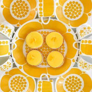 Aurinkoa ja hymyjä sun uuteen viikkoon!☀️💛☀️ Mitä ihmettä, että keltainen toukokuukin on karannut jo yli puolen välin?!😄   Selailin vanhoja postauksia tilini alkuajoilta ja naurahdin: aikast paljon on tämän tytön ja tilin staili muuttunut helmikuusta 2016😄 Kehittynyt on niin kamera kuin kuvaajakin hiljalleen vuosien varrella...🙃  Mutta toisaalta oli hauska huomata, että ensimmäinen kuvani oli juurikin keltaisesta kahvihetkestä ja näistä samaisista Sunnuntai-sarjan lautasista, joita edelleen voit bongata tililtäni usein🤩   Ja entäpä millainen oli kuva, joka sai tuolloin mulle aivan huimat 68 tykkäystä ja sai mut epäilemään, että ehkä muutamat muutkin kun puolisoni, sisarukseni ja ystäväni saattavat kiinnostua täällä kuvistani? 🥳  Siinä oli värisuora Riemuraita-peltipurkeistani, yksistä rakkaimmista ja ensimmäisistä keräilykohteistani, sekä aikast herkullinen kakku! 😍 Ja niin värikkäät kirppislöytöni kuin leivontakin ovat tällä tilillä edelleen tärkeitä juttuja 💛  Millainen oli sun eka kuva Instagram-tililläsi?💛 Onko tyylisi muuttunut siitä paljon? ✨ Mitä kuvaat tänne kaikkist mieluiten just nyt?💝 * * * #keltainen #kahvi #kahvihetki #kahvikuppi #leivonta #lifestylebloggaaja #kirppislöytö #loppisfynd #scandinavianhome #scandihome #howihome #pocketofmyhome #kaffe #keittiö #keittiönsisustus #sisustus #sisustusinspiraatio #sisustusideat #hyvinvointi #arabiafinland #keräily #meilläkotona #astiat #kattaus #inspiraatio #värikäs #värikäskoti #instablogit #torilöytö #meilläkotona #munkoti