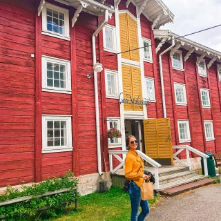 Kaupallinen yhteistyö @nuutajarvi_glass_village ja @visiturjalavirallinen ☀️  Ihanaa elokuuta!💛Tämän viikon Suomen suven suloisimmat -kesäreissulla oli jo ilmassa tuulahdus syksyä, kun sain vetää farkut jalkaan ekaa kertaa moneen kuukauteen 🤩 Suuntasimme perheen kanssa Urjalassa sijaitsevaan Nuutajärven lasikylään, jonka kauneuteen ja monipuolisuuteen ihastuimme aivan 💛  Kylä oli täynnä toinen toistaan kauniimpia vanhoja rakennuksia. Värikkäitä taideteoksia oli kaikkialla mihin katsoi 😍   Nuutajärvellä on valmistettu lasia jo yli kunnioitettavan 200 vuoden ajan🥂 Lasi on edelleen päämateriaali, mutta lasitaiteilijoiden lisäksi kylässä toimii esimerkiksi keraamikkoja, korutaiteilijoita, seppiä, tekstiilialan taitajia ja kuvataiteilijoita.   Nuutajärvi on siis oikein monimateriaalinen taidekäsityöläiskylä, jonka putiikeissa #supportyourlocal on helpompaa kuin koskaan☺️  Swaippaamalla sivulle pääset kuvatunnelmissa kurkkimaan Nuutajärven lasikylässä nauttimastamme…  💛iloisesta väriterapiasta ja huikeasta lasitaiteesta  😋 herkullisesta lounaasta, kahveista ja upeasta sisustuksesta @cafe_kitchen_sylvi   💍mielettömistä koruista ja kotimaisten kädentaitajien väri-iloittelusta @ilone_   🌸 kauniista ja herkästä @villatalvik 'in keramiikasta @shop_pikkukerttu   🧡ihanista paikallisen @jenni.sorsa :n lasipalloista @nugoshop ja suloisesta uudesta tamperelaisen @mailandia.fi emännästä, jonka ostin @ilone_ -putiikista toivottamaan kyläilijät meille tervetulleeksi🥰  Pääsimme myös tutustumaan @pau_ladesign :n huikeaan jäätelötaiteeseen ja teinpä yhden Arabian kannulöydönkin hauskasti nimetyltä Mahdollisten aarteiden kirppikseltä. 🤩  Nuutajärven lasikylä on täynnä tapahtumia vielä loppukesän ajan ja avoinna ympäri vuoden! Lämpimät suositteluni🌸 * * * #visiturjala #urjala #nuutajärvi #nuutajärviglassvillage #suomensuvensuloisimmat #kesä #kesä2021 #kotimaanmatkailu #kotimaanmatkailua #lähimatkailu #vanhattalot #korut #kotimaistakäsityötä #kotimainenmuoti #taide #taidettakotiin #taidenäy