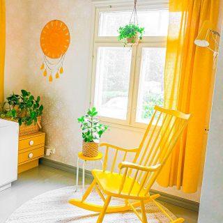 Huomenta💛 Eilisen super-harmaan ja pimeän sadepäivän inspiroimana kokosin teille blogiin kuvapläjäyksen meidän kotimme keltaisista vintagelampuista 💡   Täällä ne tuovat valoa pimeään tupaamme seuraavan puolen vuoden ajan…🤩  Klikkaa bion linkkiä tai kirjoita elluyellow.com sun selaimeen 👉 kurkkaa läpi kuvat ja kerro, mikä niistä on sinun suosikkisi 🥰  Minkäs värisiä lamppuja teidän katoista, seinistä ja lattialta löytyy?💛🧡❤️💜💚💙  Hymyjä ja hyviä hetkiä päivääsi✨☀️💛 * * * #keinutuoli #rockingchair #värikässisustus #värikäskoti #värikäs #keltainen #työhuone #olohuone #olohuoneensisustus #sisustus #sisustusinspiraatio #sisustusideat #sisustusidea #kodinsisustus #meilläkotona #omakoti #omakotitalo #vihersisustus #unisieppari #kirppislöytö #howihome #sisustusblogi #väri #retrokoti #torilöytö #happyhome #syksy #howihome #uusiblogipostaus #uusipostausblogissa #vintagesisustus