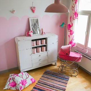 """🔆Kaupallinen yhteistyö + alekoodi @frenchicpaintfinland 'in kanssa 🔆  Tytöt ovat saaneet unelmiensa huoneet! 💖💛💝   Vuoden 2017 keväällä tänne muuttaessamme maalautimme heidän huoneidensa korosteseinät vain äkkiä valkoisiksi ja ajattelimme, että joskus vähän myöhemmin he saavat sitten valita mieluisensa sävyn seinälleen. No JO NYT, lähes viiden vuoden odotus palkittiin🙈   Ja ylläri ylläri: pinkkiähän sieltä valittiin 😄 Ihastuttiin somessa bongaamaani piparkakkureunukseen ja otettiinkin sillä tavoin nyt syyslomalla varaslähtö jouluun - pipareilla, jotka ovat kauniita keskikesälläkin🙃  Esikoismimmin huoneeseen maalattiin vähän isompi pinta Frenchicin Chalk Wall Paint -sarjan Bon Bonin sävyllä. 💝 Kuopusmimmin huoneessa taas hyödynnettiin mansardikaton tuomaa kaunista rajaa ja maalattiin pienempi, viirinauhamainen piparkukkareunus siihen Frenchicin saman sarjan Sweetcheeks -sävyllä. 💖  Sen verran sain keltaistakin pensseliini, että kuopuksen kattoon tuli tuollainen aurinko piristämään🔆 Siinä sävynä Frenchicin The Lazy Range -sarjan Hot As Moustard💛  Blogissa nyt paljon kuvatunnelmia meidän koko perheen maalaustouhuista🥰 Kurkkaa bion linkin kautta tai suoraan elluyellow.com -sivuille surffaamalla tarkemmin tietoa näistä laadukkaista kalkkimaaleista, joiden hienona tavoitteena on edistää kierrätystä ja DIY-henkeä🙏  Blogissa myös 12 askelta piristävään ja helppoon piparkakkureunuksen tekemiseen itse, jos innostuit!💝   Kaikenlaisiin maali- ja maalaustarviketarpeisiin voit hyödyntää @frenchicpaintfinland 'in verkkokaupassa koodia """"elluyellow10"""", jolla saat -10% alen ostoksistasi🙌 Koodi on voimassa marraskuun loppuun saakka.💛  Mitäs teillä on suunnitelmissa maalata seuraavaksi?🎨 Ja kerrohan, jos sinullakin on kokemuksia näistä maaleista!🔆 * * * #maalaus #frenchic #frenchicpaint #lastenhuone #lastenhuoneensisustus #sisustus #sisustusinspiraatio #sisustusideat #sisustusblogi #pinkki #keltainen #remontti #meilläkotona #kodinsisustus #instakodit #torilöytö #kirpputorilöytö #hyvinv"""